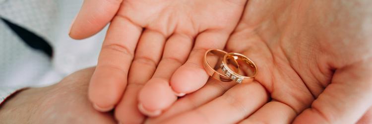 重なる手,指輪