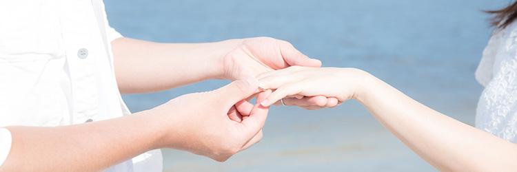 プロポーズ、指輪、海辺