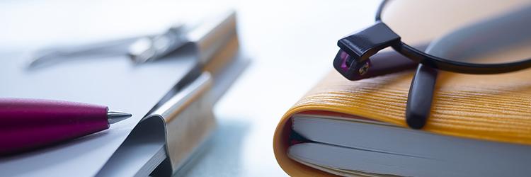 スケジュール帳,眼鏡,ペン
